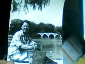 4寸黑白照片 女青年在桥边