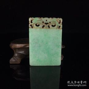 旧藏翡翠平安无事牌一块,颜色鲜美,包浆醇厚。尺寸:长6.1厘米,宽4.1厘米,厚0.6厘米,重39克