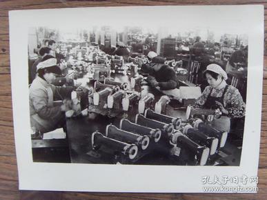 老照片:【※ 1982年,上海缝纫机二厂,生产的蝴蝶牌缝纫机驰名国内外 ※】