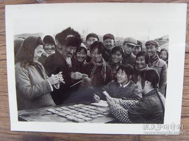 老照片:【※ 1982年,山东昌邑县东家公社,社员在年终分配时领取现金※】