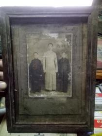 民国老照片:带镜框 三少年全身像 哈尔滨道外于松涛照相馆  像14.4×10厘米 框28×20.5厘米
