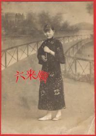 【民国老照片】 民国,带耳环的——宽袖旗袍美女,照相馆布景