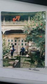1990老摄影家袁廉民作品《睦邻之间》反映徽州老民居1980年代后期的居住场景