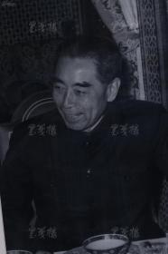 周恩来 在使馆宴客 原版照片一张 带框(银盐纸基,匈牙利相纸,杜修贤 摄,尺寸:35*23.4cm) HXTX106344