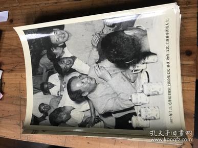 40--90年代新闻照片(有49年中华人民共和国成立,解放军严格遵守入城纪律 ,抗美援朝的志愿医疗队,上海市政协第一届第一次会召开,周恩来和美国总理尼克松出席签字仪式 79年著名画家朱屺瞻画红梅等等精彩内容)1--18张