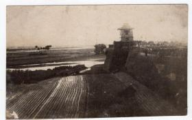 民国报纸图片类----民国原版老照片--1930年前后时间,城楼和田地