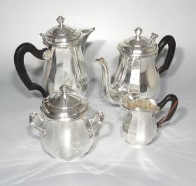法国20世纪初古董镀银乌木柄装饰咖啡杯四件套 重量:1977克 年代:1930-1940 整套咖啡具路易十四风格,手柄为乌木制作而成,手柄和壶嘴的造型又有新艺术风格,给整套作品增添了时尚的感觉。作者是巴黎银匠大师萨里埃尔兄弟,他们在19世纪末接管了父亲维克多.萨格利尔的生意,青出于蓝而胜于蓝,成为巴黎当时最著名的银匠世家之一。品相完好,非常难得。87360#