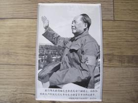 中国杭州东方红丝织厂出品的《毛主席接见红卫兵丝织像》( 27 × 18 cm)