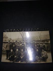 1972年江都县毛泽东思想宣传队驻砖桥财贸单位全体同志合影(尺寸13.5*9.5CM)