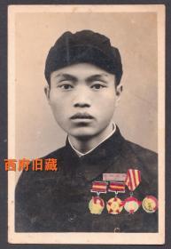 佩戴多枚奖章的残废军人,四川省第一革命残废军人速成初级中学的校徽