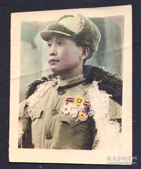 建国初期手工上色佩戴多枚奖章的军人