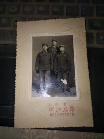 文革:1968年国营南京迎江照相一张(胸前戴毛章卡纸尺寸13*8.5CM)