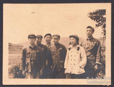 建国初期,佩戴奖章的男女战士们