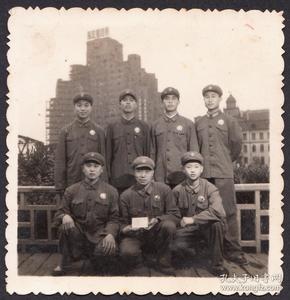 文革老照片,佩戴毛主席像章的军人