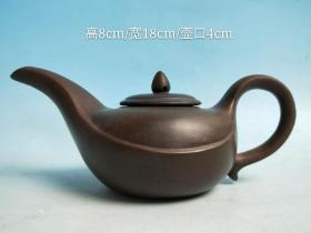 长嘴紫砂壶一把,砂纸细腻,出水流畅,品相及尺寸如图,收藏摆设佳品。
