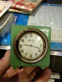 【民国时期钟表润滑膏小瓶】美特灵钟表霜(润滑膏)材质为琉璃,造型漂亮,钟表式样,三面是花的图案,盖子为铜质《品相上乘,难得一见的好品相》6.3x5.6x5cm