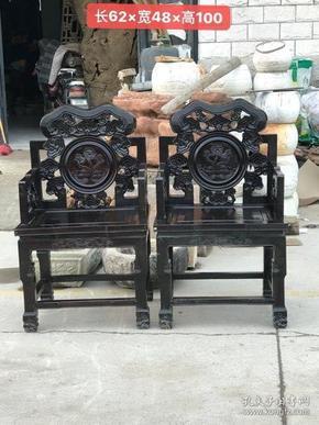 民国柏木雕刻灵芝花.两节腿太师椅一对.做工精细.包浆浑厚.品相一流