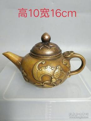 铜壶一把,品相如图,纯手工打造,包浆浓厚,正常使用,保存完好。