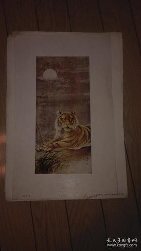 珂罗版散页画一张;月夜卧虎/胡斌 作。38x22.6cm。序号;B【115】上海古今名画出版社印行
