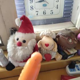这三个要是一起买了就便宜了,一个陶土存钱罐,一个音乐盒,一个圣诞老公公