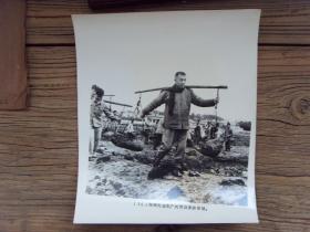 超大尺寸老照片:【※ 1963年,广东省委书记陶铸,在广州市郊区参加劳动 ※】