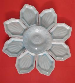 80年代佛教色彩莲瓣攒盘一套,焦作陶瓷四厂,中间的大盘盛满菜品后,整体恰如莲花盛开