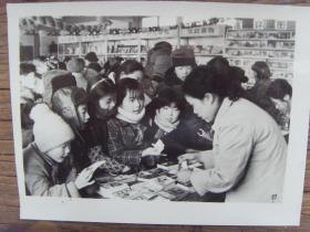 老照片:【※ 1982年,北京市小学生排队在新华书店买书 ※】