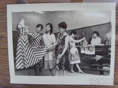 老照片:【※ 1982年,上海市南京路上的服装商店,八十年代初的上海姑娘已经很漂亮洋气了 ※】