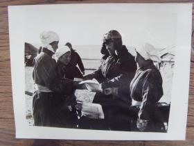 老照片:【※ 1982年,内蒙古苏尼特左旗,蒙古族的乡邮员把报纸送到牧民手中※】邮递员 邮政 邮局