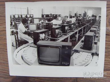 老照片:【※ 1982年,上海广播器材厂,正在调试新生产的电视机 ※】