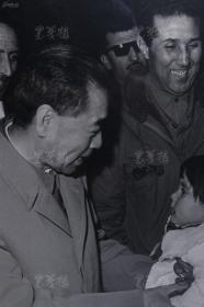 周恩来 与外国儿童 1963年原版照片一张 带框(银盐纸基,匈牙利相纸,杜修贤 摄,尺寸:42*25.5cm) HXTX106346