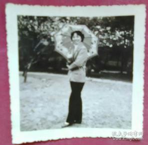 打伞的美女照片