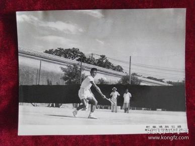 老照片 体育资料文献  羽毛球单打冠军吴生康的打球姿势     这次比赛以2比0胜印度尼西亚的陈炳顺   照片长20厘米宽15厘米    B箱——9号袋