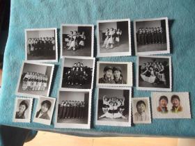 女军人合影、剧照,剧照多,共14张。其中一帧为上色的;两帧有80年字样,一帧写有赠语。年纪不一,尺寸不一。