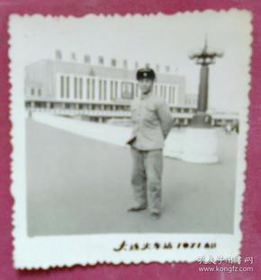 站在大连火车站的男子照片