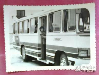 站在公交车上的美女照片