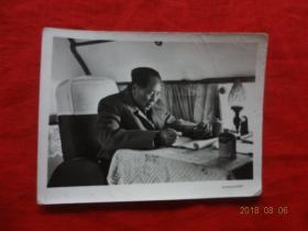 文革老照片(毛主席在火车上)[兰州东方红印相厂印制 10*7.5厘米]