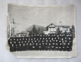 1961年老黑白照片 14英寸多 1961年與越南海軍留學生畢業合影 拍攝于大連老虎灘海軍指揮學院 因當時形勢需要 一律著便裝 邊角有缺損和撕裂口 但人物不缺少 面孔清晰可辨