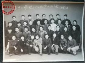 《华中工学院512班毕业纪念·61年2月》,黑白合影老照片,1961年2月在湖北省武汉市华中工学院拍摄,尺寸(长×宽):14.2厘米×10.8厘米。华中工学院,先后发展为后来的华中理工大学、华中科技大学。