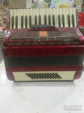 文革   东方红牌   手风琴,左右两边 的带子 断了,可以正常用
