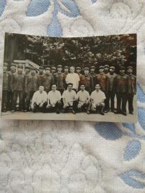 周恩来总理与中央警卫团官兵合影照
