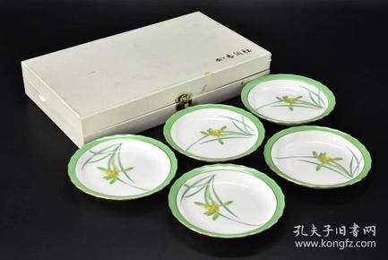 (P1671)《日本香兰社的陶艺品》原盒精装5件全 陶瓷盘  带底款 直径:13.5cm 高:2cm 大约两百年前,香兰社的[有田烧]诞生,这是日本瓷器的始祖 是顶级瓷器的象征。因为它的品质优良,作工细腻,也让它成为日本皇室的御用瓷器 釉色华润丰逸,金线细密勾绘,笔致细腻。