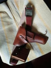 军用皮带、手枪套、子弹盒。外加手枪模具一只。