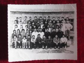 1978年老照片   照片背面写有赠郭健同学   革命友谊是永存的  河南西华某班级全体师生照          照片15厘米宽12厘米   B箱薄膜袋内