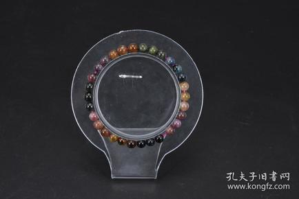 (P3653)《碧玺手串》一件 单颗粒尺寸5.8mm,手链周长16cm,总重量:8.53克 。碧玺石又称为电气石,碧玺石是一种非常漂亮的宝石,晶石中能量最强,据说它的能量可以随温度而转化,对身体的血液循环有很大的帮助,气血虚、身体弱、手脚冰凉者非常适用。碧玺颜色多样,七色齐全