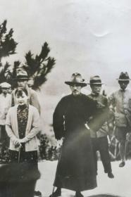 """1930年 美新社新聞原照""""蔣介石與宋美齡于上海給蔣母掃墓""""老照片 一張  HXTX105116"""