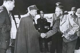 """1943年 美新社新聞原照""""蔣介石訪問印度國人培訓中心""""老照片 一張  HXTX105117"""