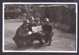 """八十年代对越自卫反击站中的战士合影,""""祖国在我心中""""背景"""