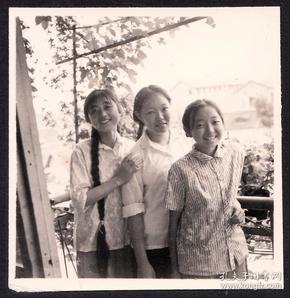 阳台上合影的长辫子姑娘们