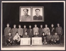 佩戴鲜花的先进代表们,毛主席华主席双头像,一个短暂时代